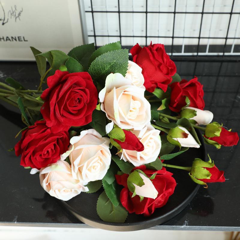 جدار 7PCS / الكثير الفانيلا القماش روز الاصطناعي زهرة مناسبات الزفاف مصنع خلفية روز 3 رؤساء وهمية الزهور الديكور المنزلي باقة