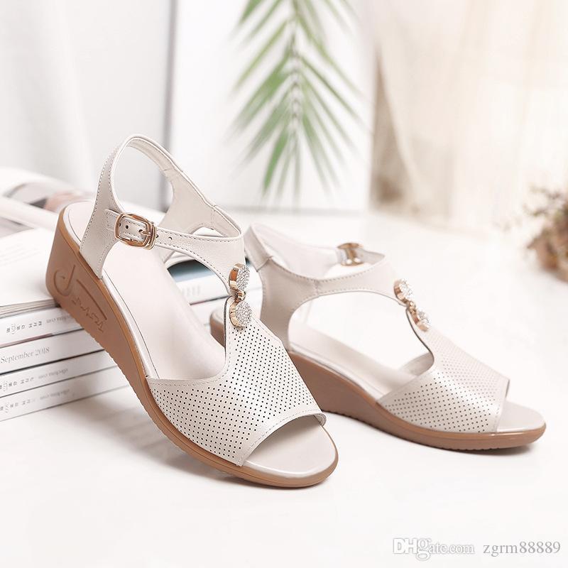 Estilo romano Mulheres Sandálias Verão 2019 Moda Sapatos De Couro Genuíno broca Mãe Sapatos Femininos Cunhas Tamanho grande 35-43