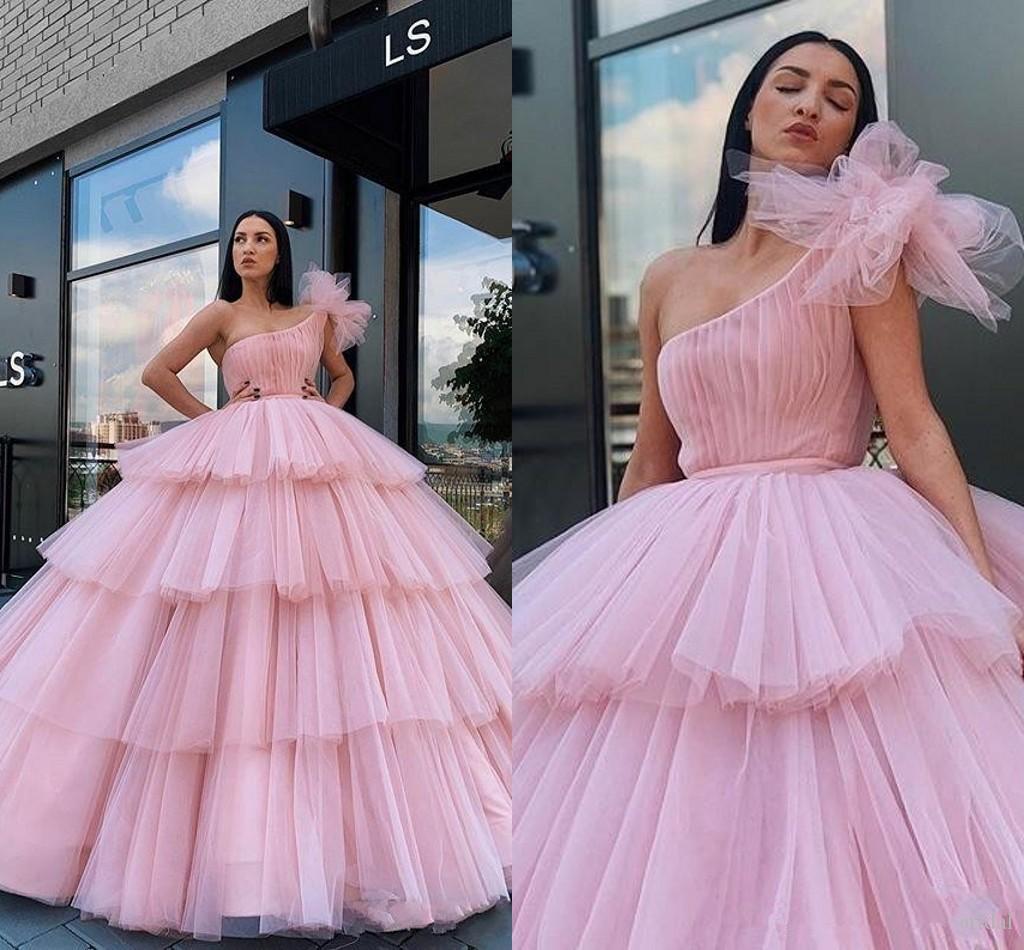 New Arabien Weinlese Hellrosa Abendkleider einer Schulter Tulle Tiered Rüschen Ballkleid Puffy Partei-Abschlussball-Kleid-Bonbon 16 Quinceanera Kleider