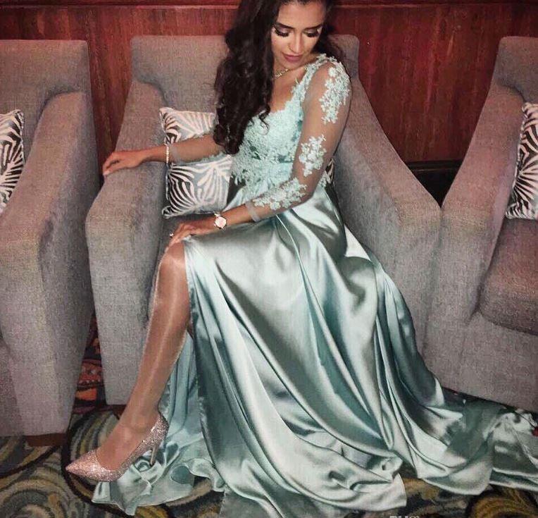 Charme Une ligne robe de soirée en dentelle Voir Appliques Bien que manches 3/4 haut Splits Robes de bal Party Black Girls robe