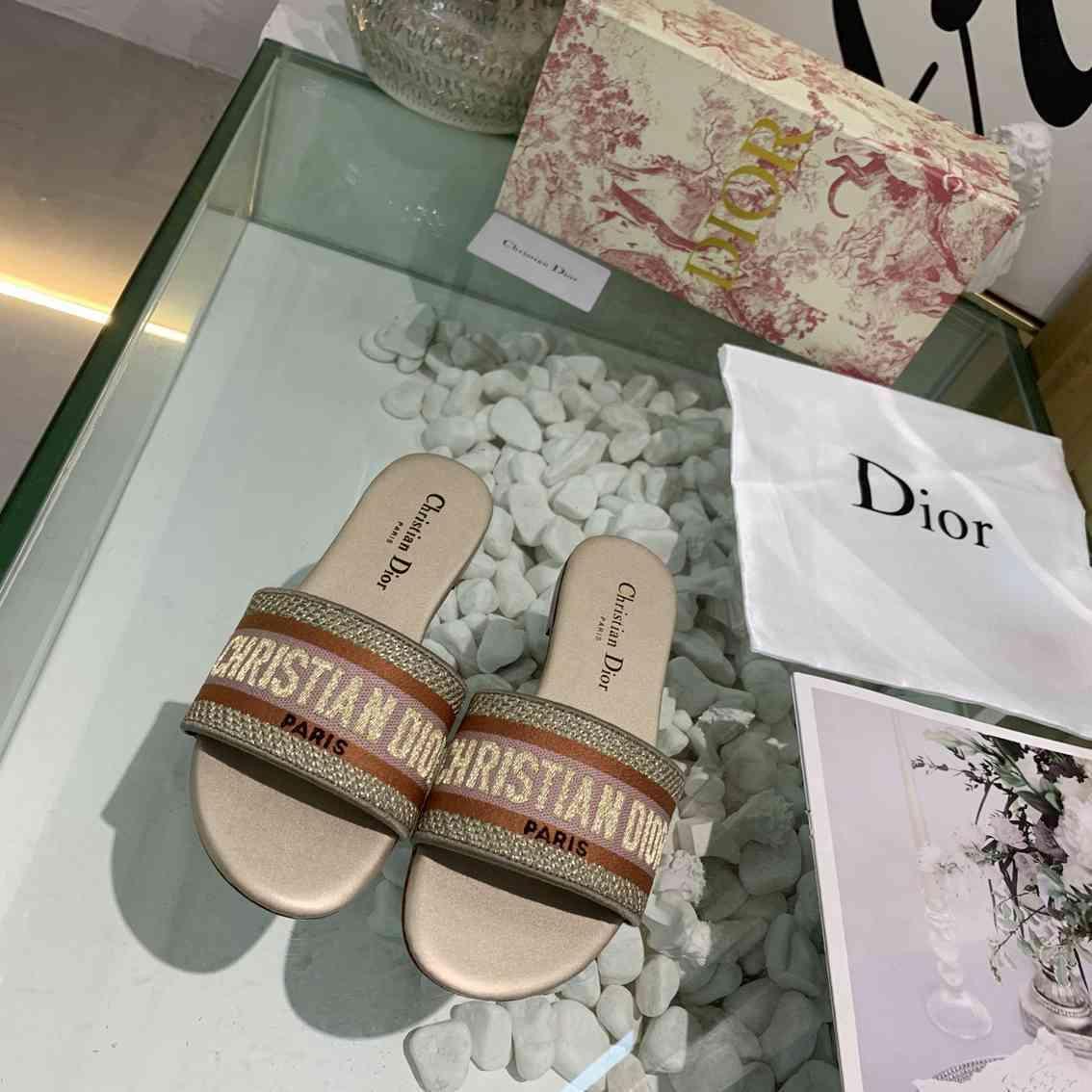 Nouveau modèle Faites glisser pantoufles Slipper Sandales d'été Femme Mode
