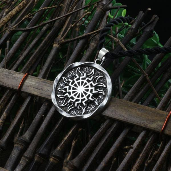 -1pcs al por mayor Rueda de Sun Sol Negro Kolovrat eslava amuleto colgante nórdica Oculta colgante símbolo germánica collar de los hombres