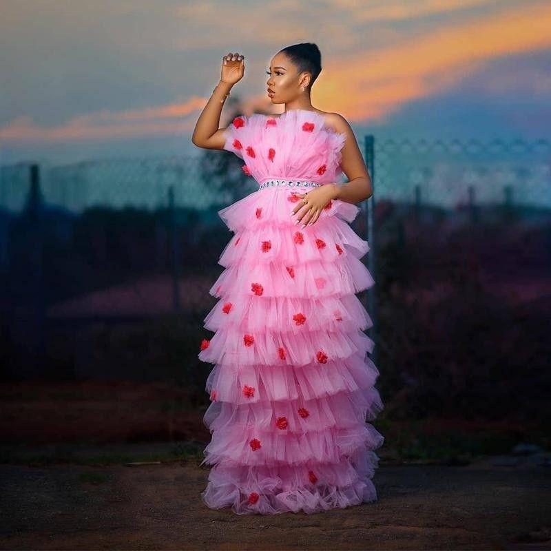 Baby Pink Lostered Prom Dresses Bez Ramiączek Ruffles Tulle Spódnica Czerwony Carpet Runaway Girls Pageant Sukienka Kryształy Sash Tanie Party Suknie Wieczorowe