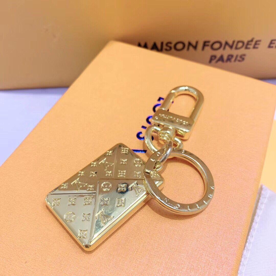 حقيبة السيارة الجديدة الحلي الفاخرة لأقراط للجنسين تصميم الذهب الكلاسيكي سلسلة المفاتيح بحرف النساء والرجال اكسسوارات أزياء جديدة مع صندوق