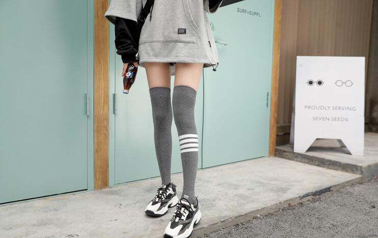 Şık ve rahat diz çorap sonbahar ve kış yeni tek renkli çoraplar boyunda pamuklu çorap Spor Moda Pamuk Breathable36231