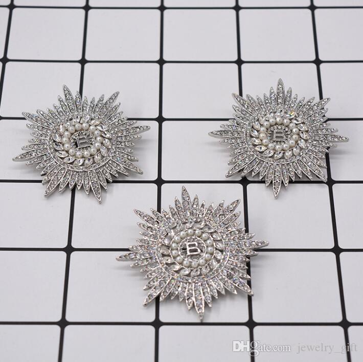 2019 Europa y los Estados Unidos nuevos diamantes de imitación de perlas broche de flor del sol capa carta suéter copo de nieve del ramillete de Corea hebilla de pecho acce