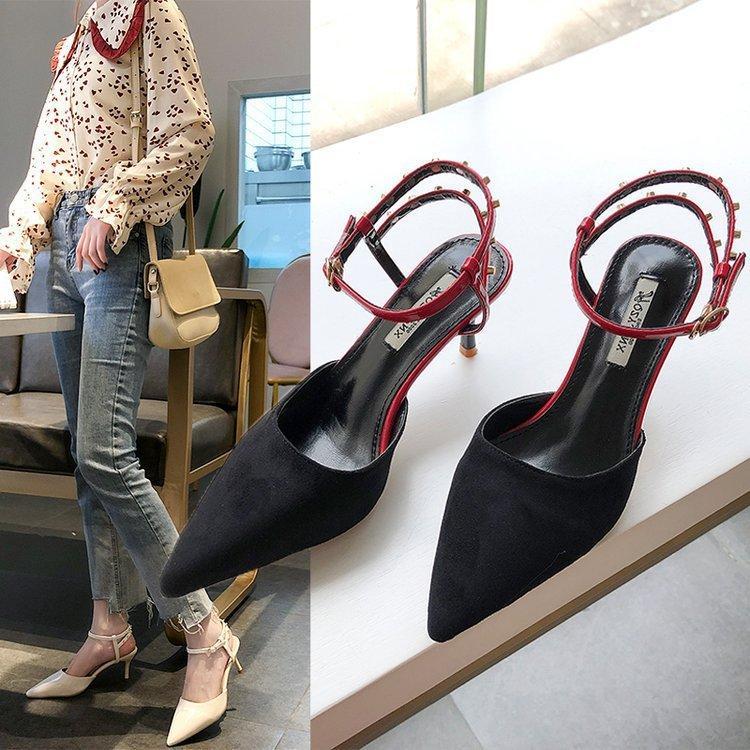 Sandals Feminino Fada Vento 2020 Joker Rivet Baotou Depois vazio Uma palavra fivela de cinto bem com Gao Com único sapatos