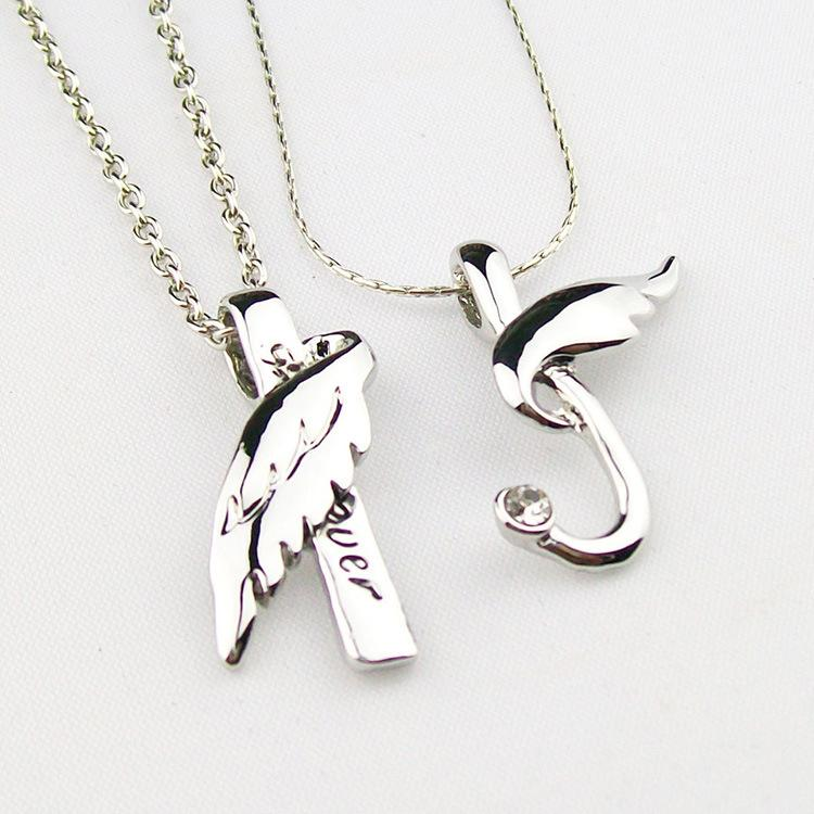 A pair of angel wing couples necklaces for men and women European and American short clavicle Valentine's Day birthday gifts