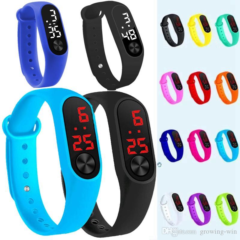Art und Weisejungenmädchenkindkindkursteilnehmer tragen die digitalen geführten Uhren der Frauen der neuen Männer im Freien Plastikbandgeschenk fördernde Armbanduhren zur Schau