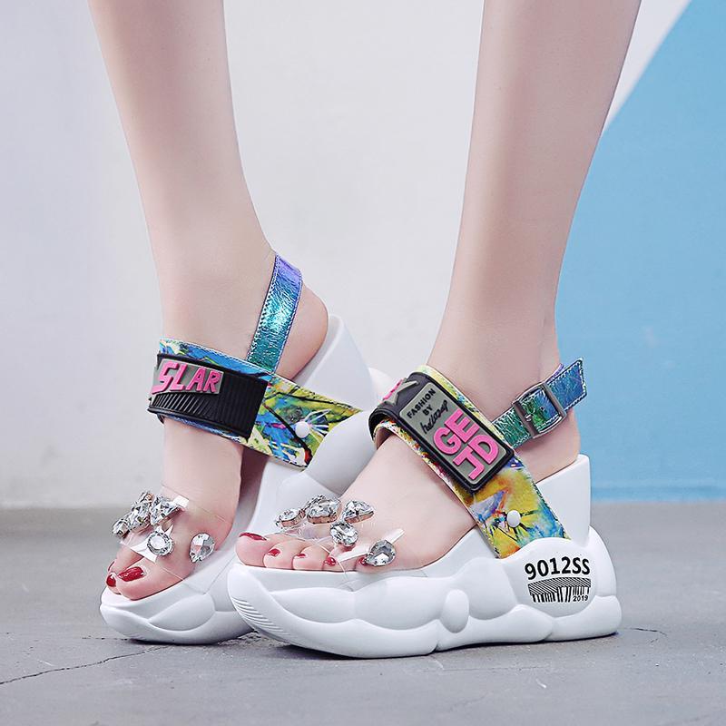 plataforma grueso Rimocy grandes diamantes artificiales de PVC mujeres de las sandalias de moda de verano súper transparente altos acuñan sandalias MUJER 2019 Y200405