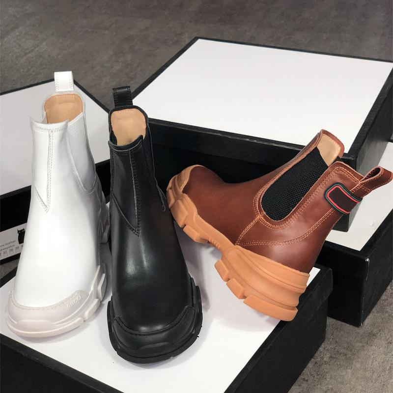 2020 Hombres Mujeres de cuero para mujer Bota de tobillo negro Blanco Zapatos de cuero Moda Chunky Rubber 100% Real Cuero Lug Sole Botines de invierno con caja
