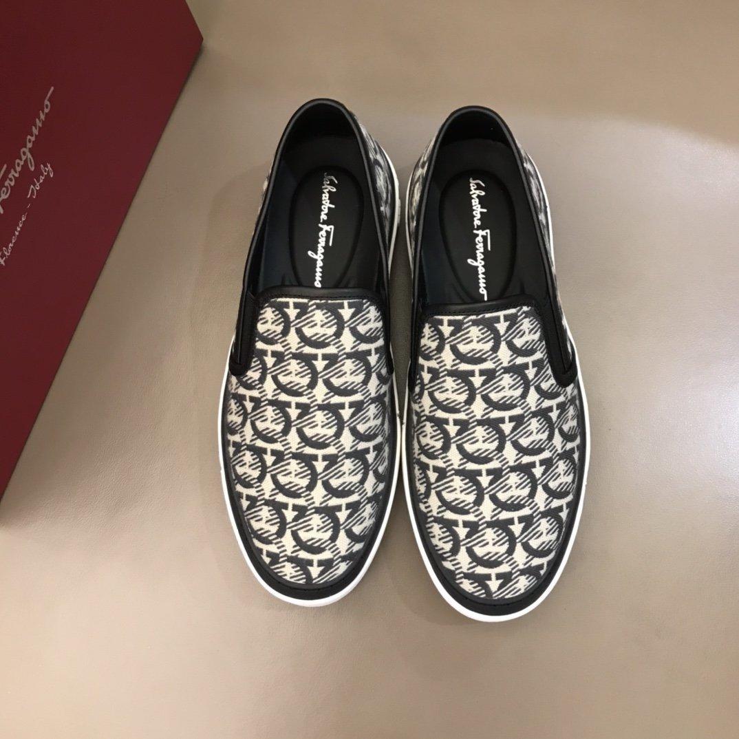 Nuovo disegno di modo di lusso pattini di cuoio reali all'aperto scarpe sportive scarpe da guida suola in gomma resistente all'usura stampa confortevole R112
