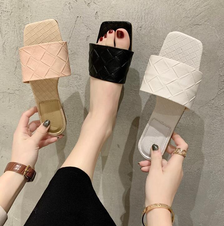 Nuevas zapatillas de diseño cortan mujeres de la manera sandalias de playa de verano de diseño toboganes zapatillas al aire libre deslizamiento interior en desgastes