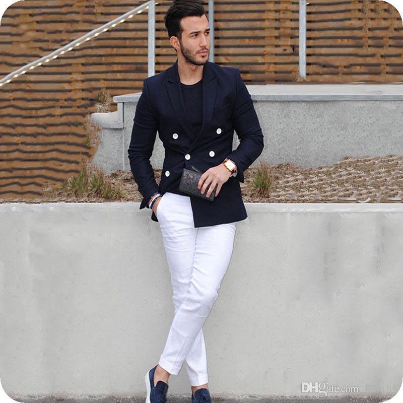 Custom Made 2019 Homens ternos escuros Blue Man Blazer Jacket duas peças Brasão Abotoamento brancas Calças Slim Fit Costume Homme Terno Masculino