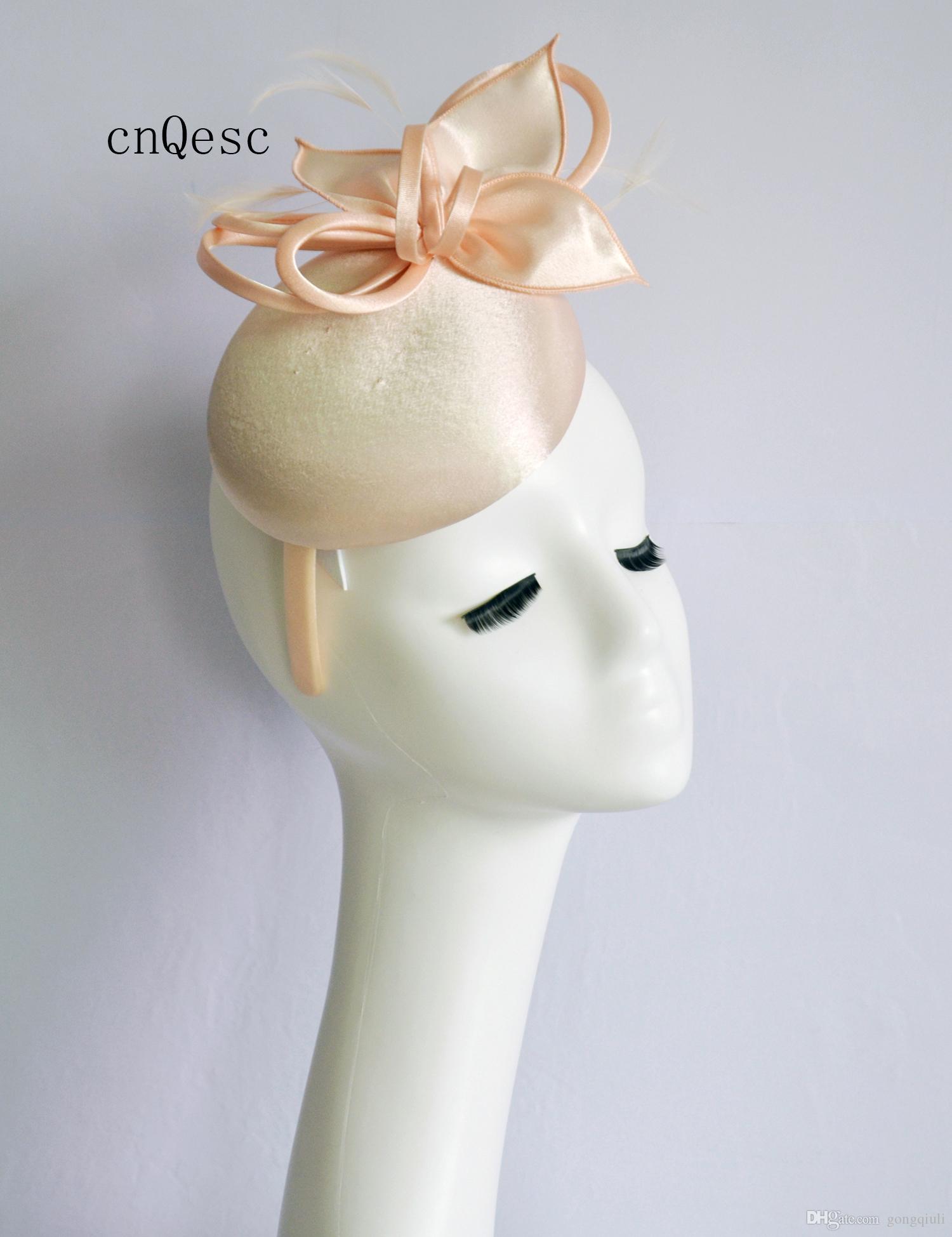2019 Nude pink Ladies cappello formale cappello di fascinator in raso per la sposa da sposa doccia madre della sposa w / piume.