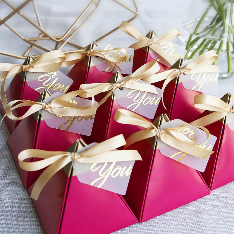 Gül Kırmızı Düğün Şeker Kutuları Üçgen Şekli Altın Damga Şeker Kutusu Düğün Hediyeler Avrupa Düğün Malzemeleri Teşekkürler Hediye Çikolata Kutusu
