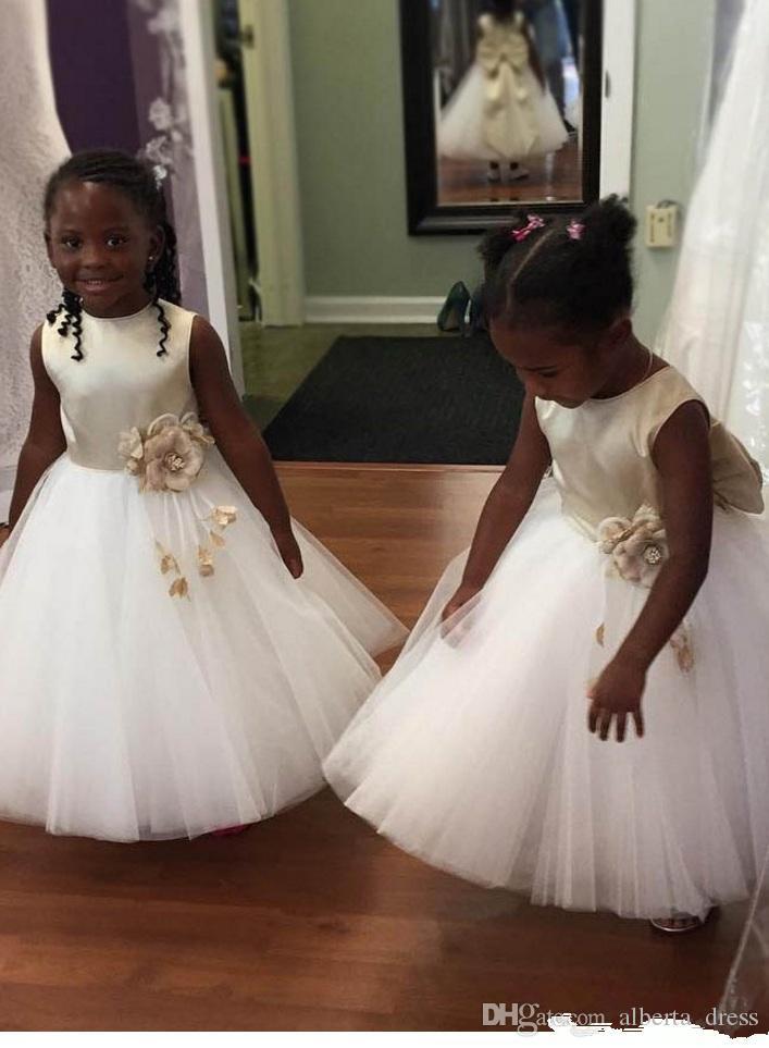 Prinzessin Blumenmädchenkleider Champagne Bogen-weißer Tüll mit Blumen Netter Jewel Hals Formal Trägt für Hochzeiten Erstkommunion Kleider