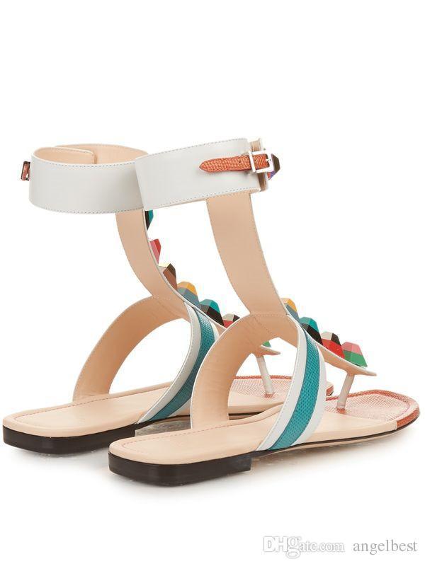 Seksi Hotsale Marka Yeni Renkli Çivili Sandalet Kadın Düz Topuk Yumuşak Deri Yaz Sandalet Roma Moda Plaj Ayakkabı Yumuşak Deri Çevirme