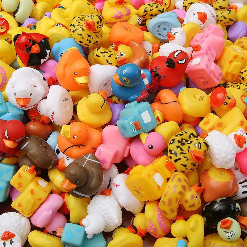 100 pcs aleatório borracha pato multi estilos pato banho bebê banheiro bebê água brinquedo piscina flutuante brinquedo pato y200323