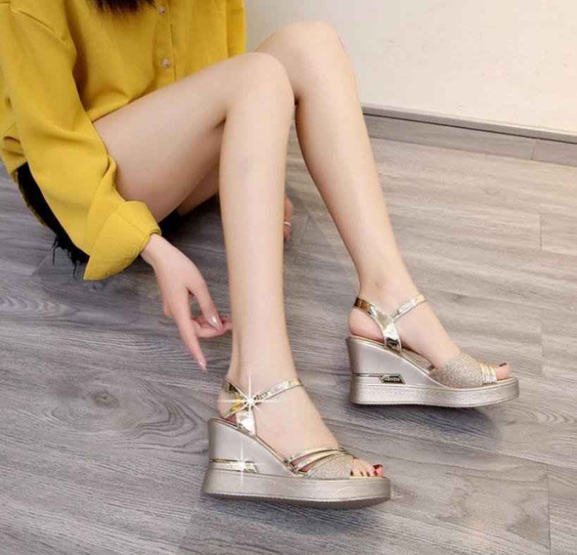 Slope Ferse Sandalen neuen Stil der Frauen im Frühjahr und Sommer ein Wort Schnallenriemen alle High Heels bequeme Damenschuhe
