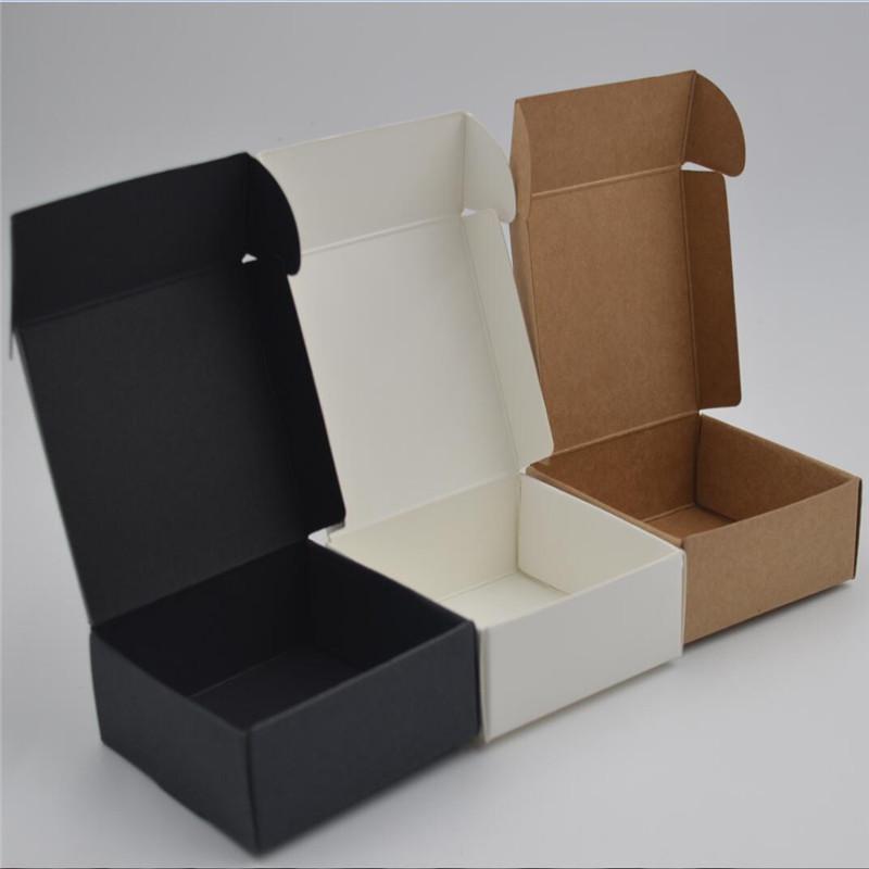 Kleine Kraftpapierbox, braune handgemachte Seifenkiste aus Pappe, weiße Geschenkbox aus Kraftpapier, schwarze Schmuckschatulle