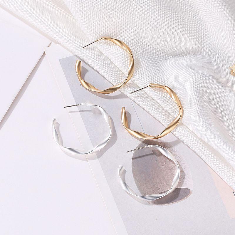 Kadınlar Geometrik Çember Hoops Minimalist Metal Küçük Küpe için Mat Altın / Gümüş Renk Küçük Açık Twisted Hoop Küpeler