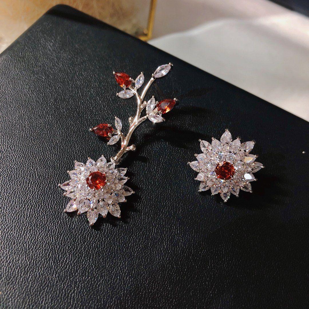 Damen-Modedesigner-Ohrringe einfach und universell einsetzbar Temperament Dating-Ohrringe 925 silberne Nadel Blumen verzierte Troddel-Ohrringe