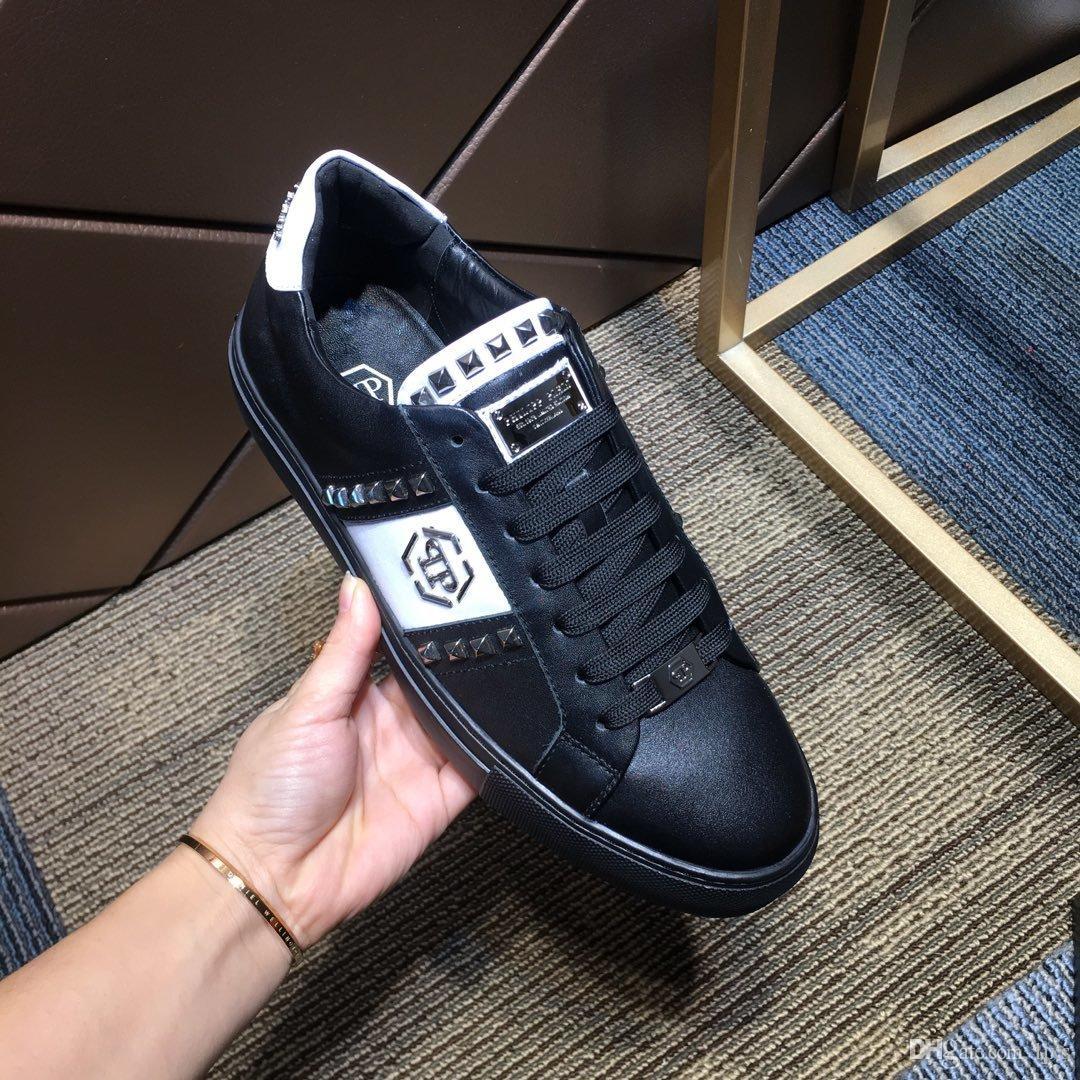 2020 Sapatos de diseñador Para Hombre acabamento de couro preto com luxo design de estilo rebite marcas de sapatos de caminhada ocasional sapatos plate-forme