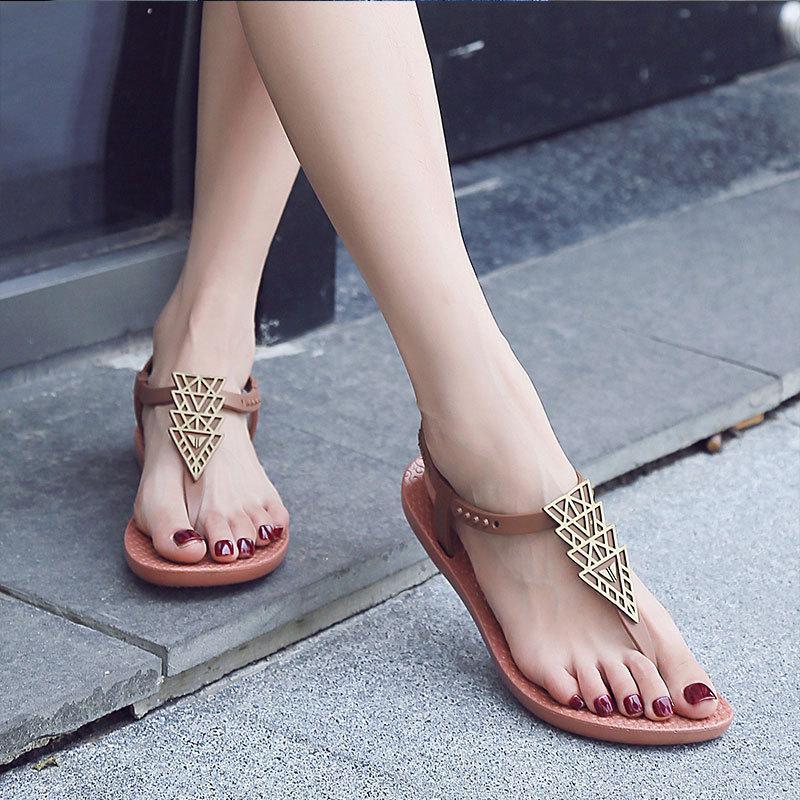 2019 yeni bohem ulusal rüzgar düz dipli vahşi tesisi plaj ayakkabıları ile Zhenzhou Kadın ayakkabıları Net kırmızı sandalet kadın düz