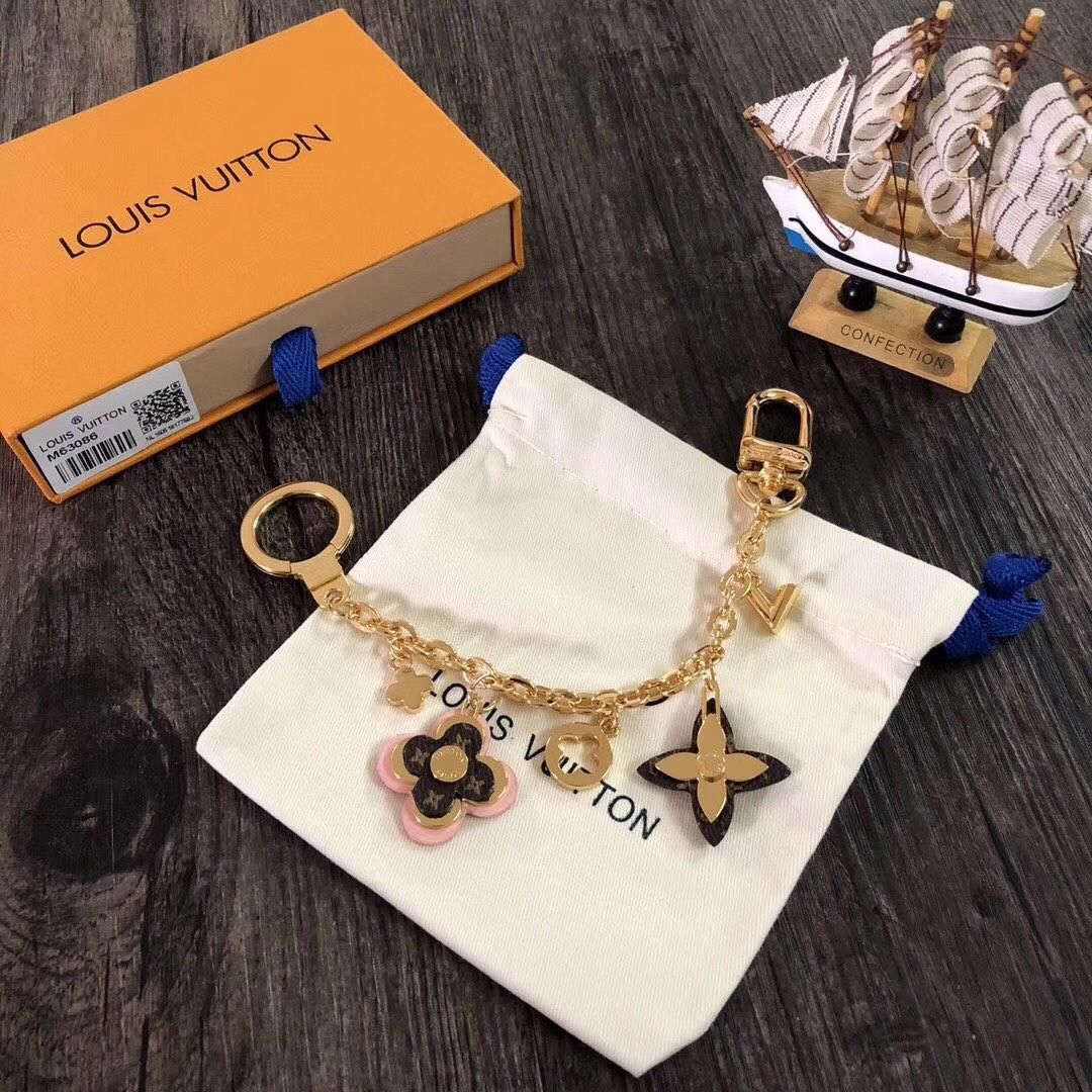 Designer Fashion Accessories BLOOMING FLOWERS CHAIN Bag Keychain Car Key Accessories Buckle Hanging Ring Pink Leather V-Decoration M63086