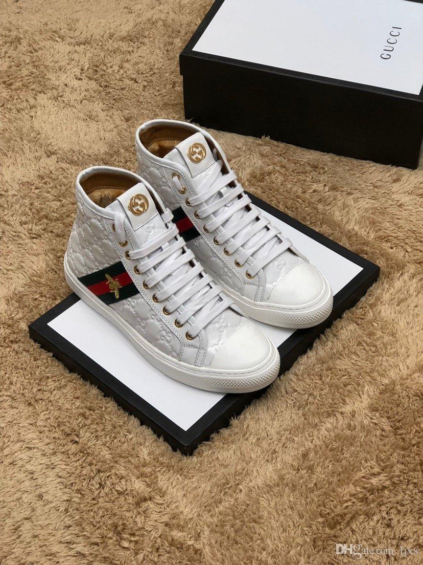 mens arrivel nuevos zapatos corrientes de cuero blanco en relieve de diseño con las letras de las marcas de lujo de alta superior 3 rayas abeja zapatos casuales # 1F
