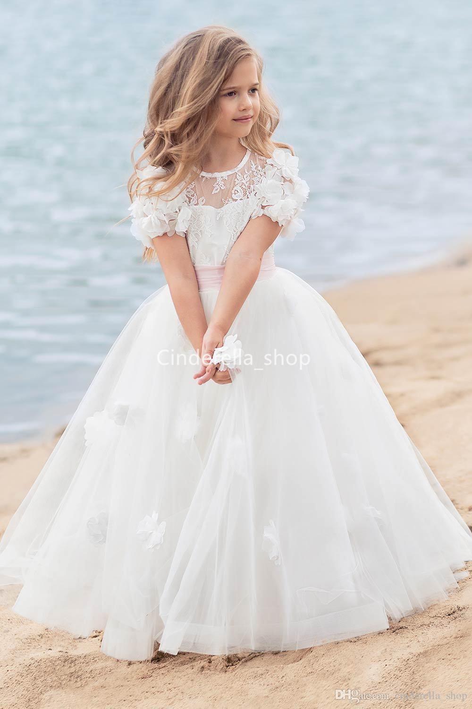 Großhandel Schöne Ballkleider Blumenmädchenkleider Für Strand Hochzeit  Kurze Ärmel 13D Floral Appliques Spitze Erstkommunion Kleider Pageant  Kleider