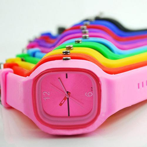 Colorful delle donne degli uomini unisex del silicone della gelatina di sport del quarzo semplice orologio da polso 11 Colori 3V98