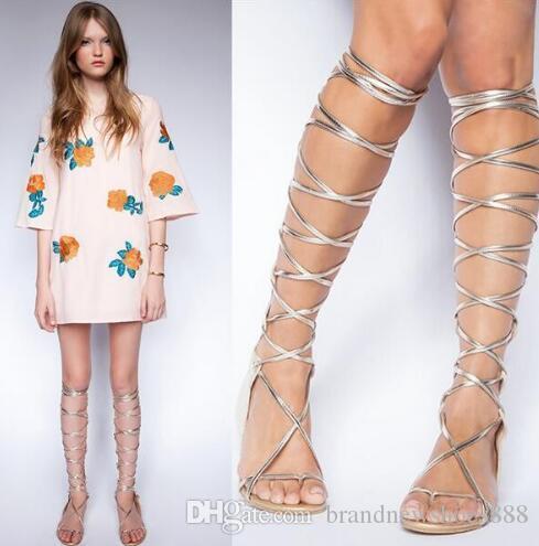 Neueste Mode Frauen schuhe Heißer Verkauf Top Qualität Ausschnitt Stree Stil Kühlen Sommer Sexy Kniehohe Flache Klippzehe Gladiator Silber