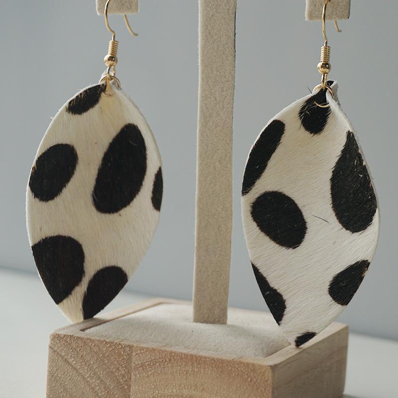 Leahter originali orecchini per le donne del modello della mucca piuma Leahter orecchini di goccia di alta qualità Bianco Nero semplice ragazza di stile di caduta Drop Shipping