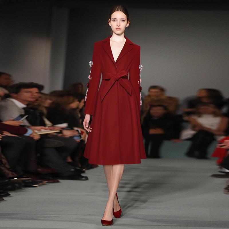 2020 Весна Красный Сплошной цвет вышивки орденские ленты Mid-теленок с длинным рукавом нагрудные шеи Мода Trench Длинные пиджаки Пальто 9YDY11TRD13
