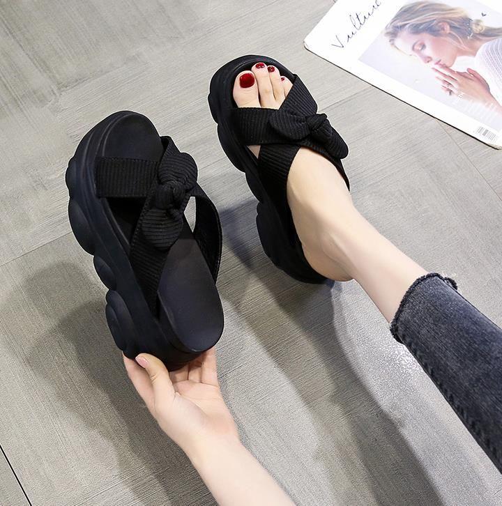Chinelos senhoras usam flip-flop com solas grossas 2020 novos chinelos de verão versáteis com saltos altos e laços