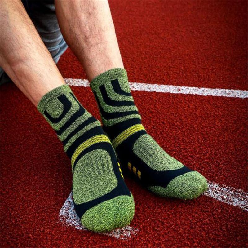 Atacado-Men meias esportivas (4 pares / lote) 6114 Tamanho 39-44 Masculino Meias Quick Dry quente ao ar livre