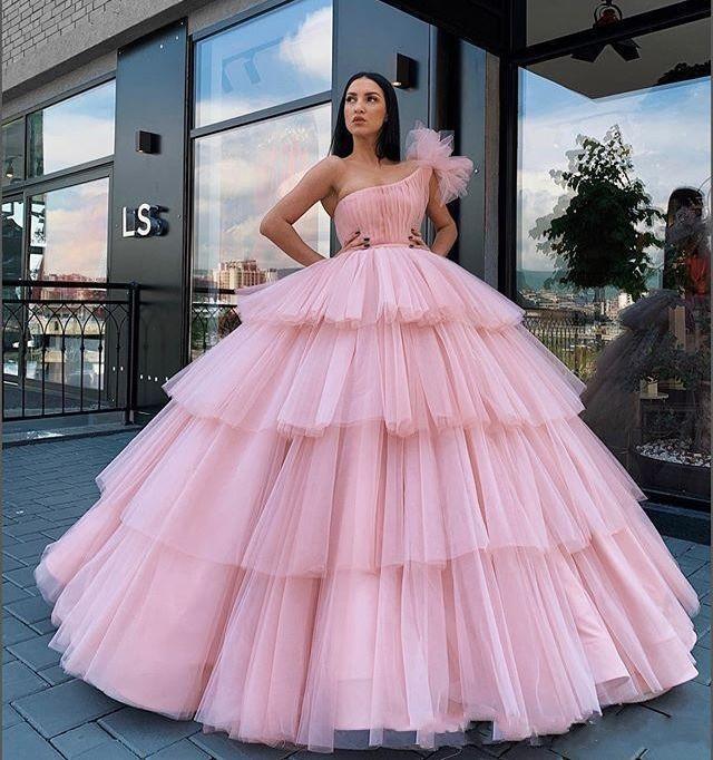 Arabien Weinlese Hellrosa Abendkleider einer Schulter Tulle Tiered Rüschen Ballkleid Puffy Partei-Abschlussball-Kleid-Bonbon 16 Quinceanera Kleider