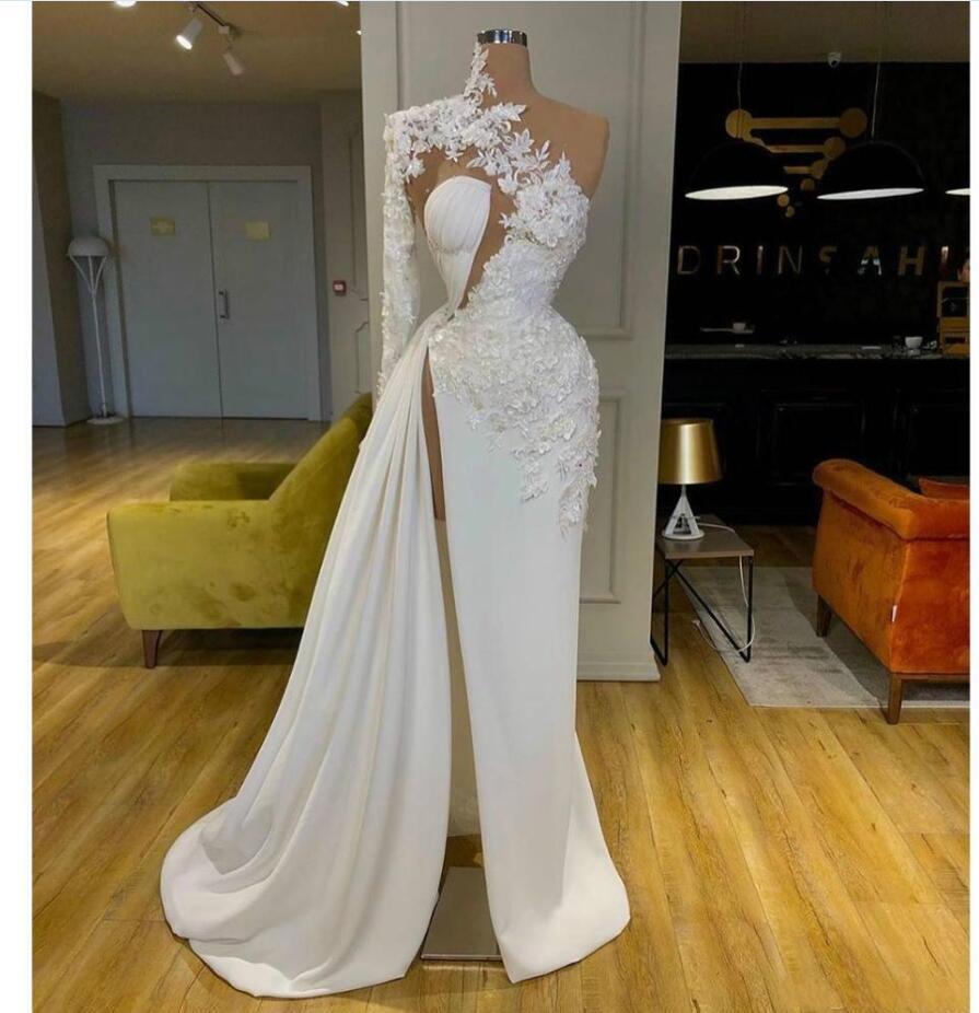2021 Árabe Dubai exquisito encaje blanco vestidos de fiesta con cuello alto un hombro manga larga diseñador vestido de noche lado división