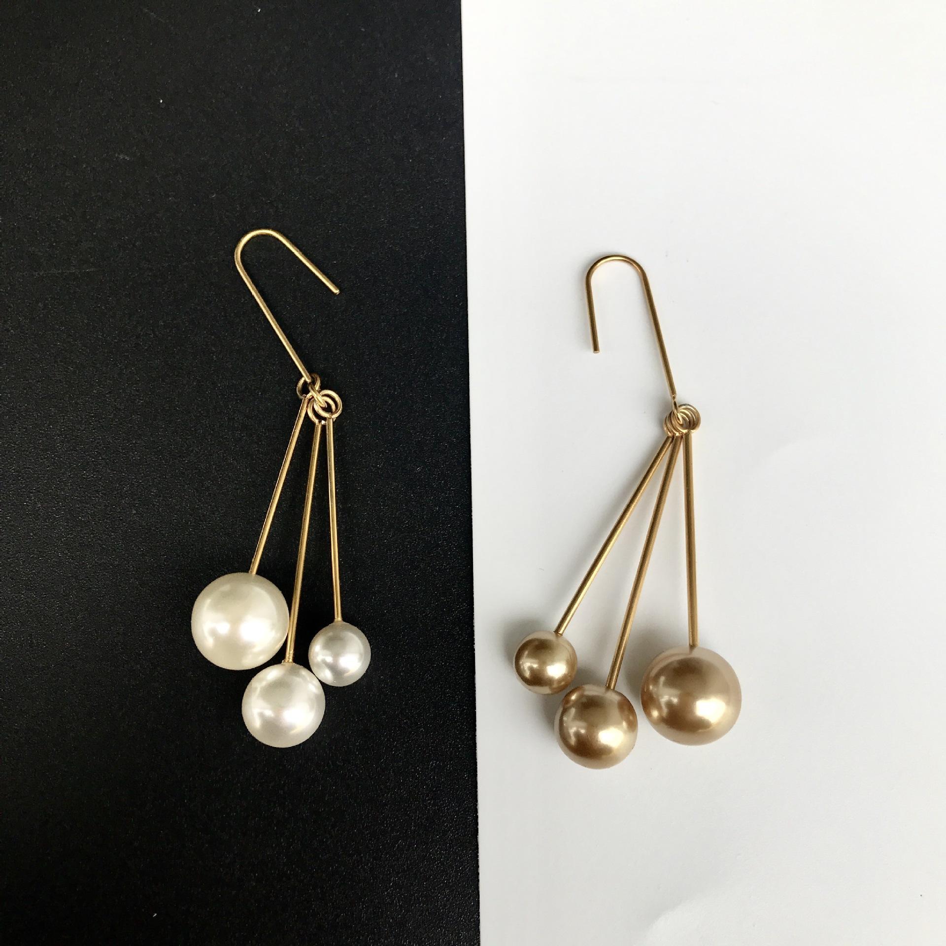Estilo francés Tres perla blanca pendientes temperamento larga pendiente de acero Titanium del gancho del grano blanco del partido para los pendientes regalos de joyería al por mayor