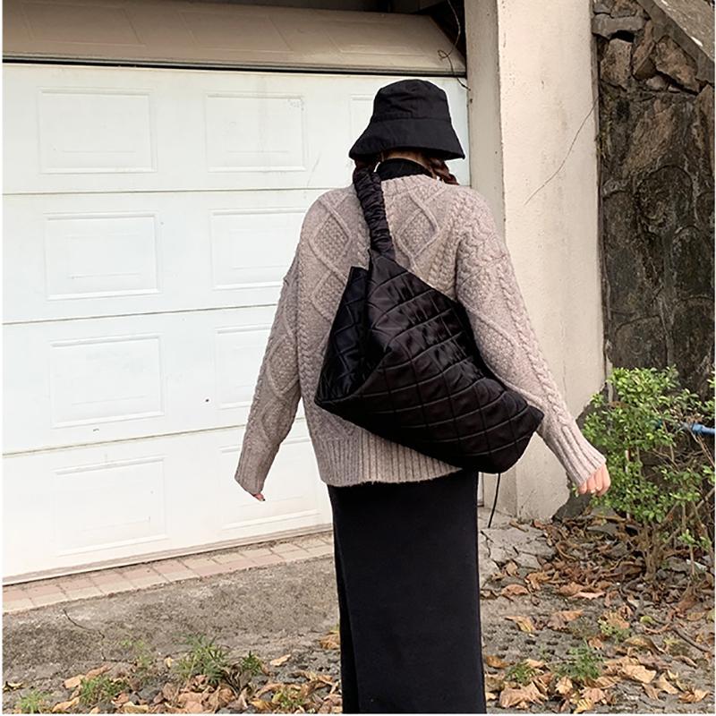 Zebella Mujer grandes nylon capacidad de la bolsa de lona negro del jumbo de hojaldre hilo acolchado espacio Bale totalizadores del bolso estilo de Corea 2020 primavera