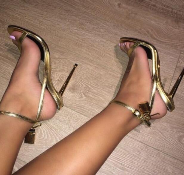 Couro de prata de Ouro de Salto Alto Gladiador Sandálias com Tira No Tornozelo Cadeado Mulheres Bombas de Dedos Abertos Toe De Metal Saltos Mulheres Sapatos