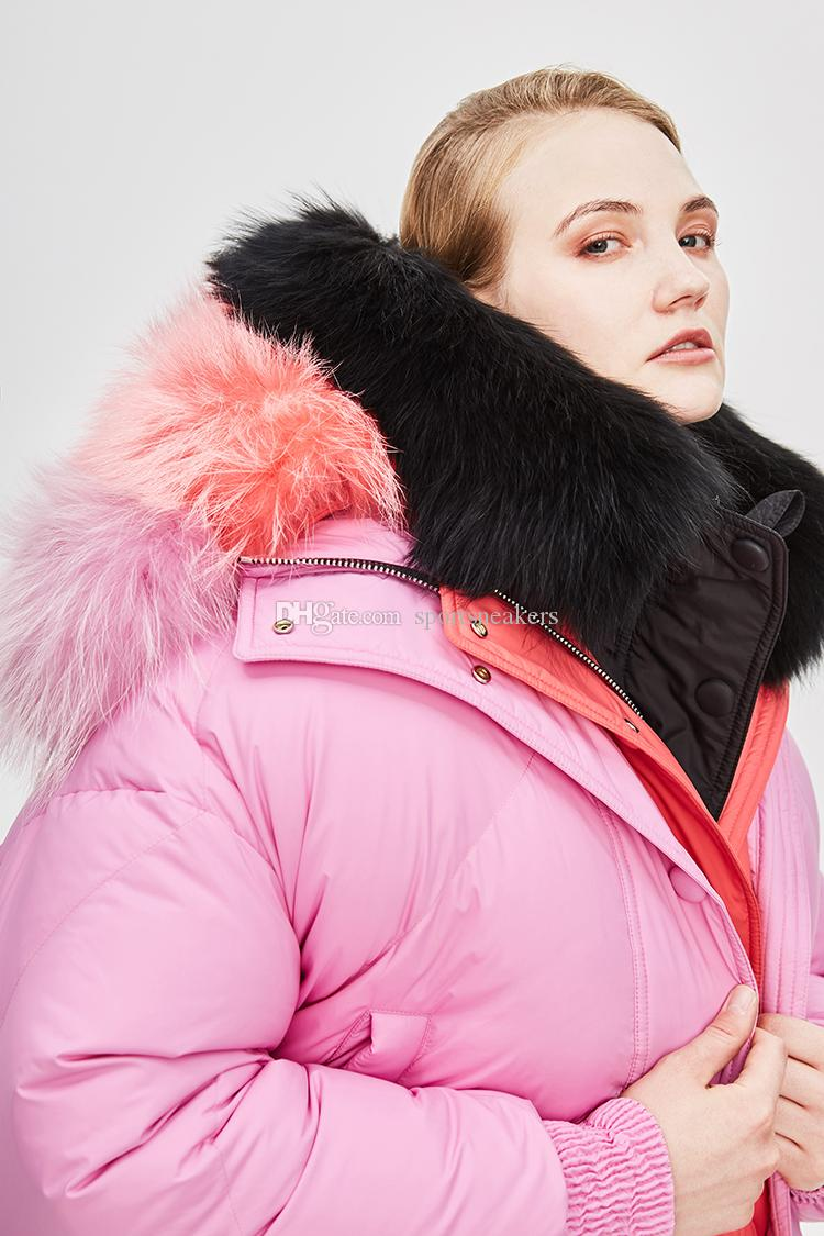 Nouvelle arrivée des femmes d'hiver en duvet d'oie épais manteaux à capuchon avec de vraies couleurs de col de fourrure de raton laveur