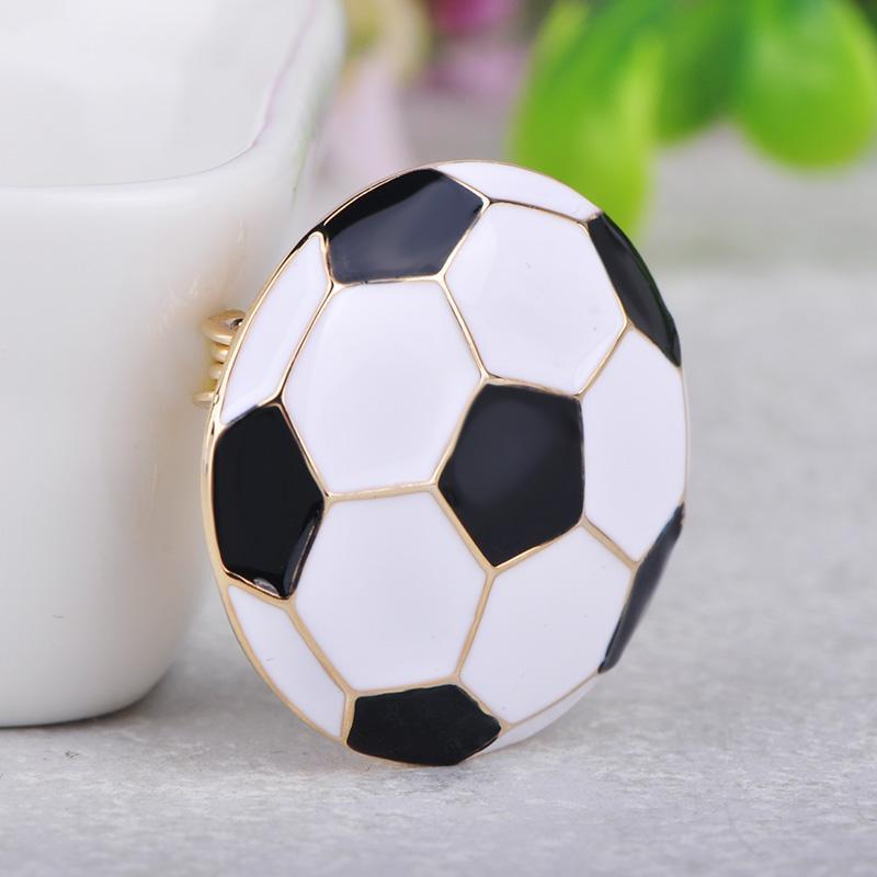 Großhandel Broschen Blucome Netter Fußball Fußball Form Brosche Goldfarben Emaille Broschen Schmuck Pins Mädchen Jungen Weihnachtsgeschenke Schal Hut