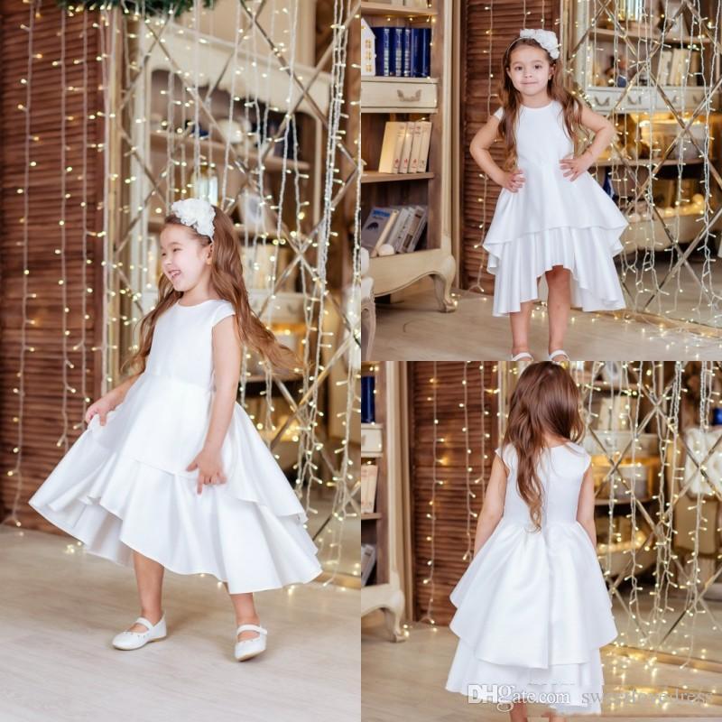 Encantador blanco una línea de vestidos de niña de flores para la boda con casquillo de la manga volantes falda Alto Bajo Simple vestido de las muchachas del vestido