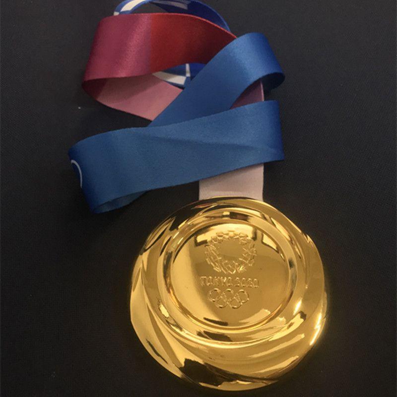 1 جهاز كمبيوتر شخصى الأحدث 2020 Tokyo الألعاب الأولمبية جائزة الرياضة جائزة الميدالية الذهبية الأولمبية 85 ملم شارة لاعب مع الشريط