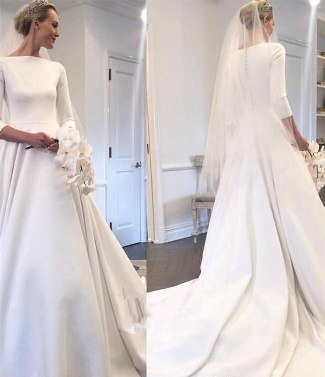 2019 Modest noiva de cetim Vestidos Meghan Markle Estilo pescoço bateau 3/4 mangas ruched botões forrados de trem tribunal Voltar Garden Vestido de Noiva