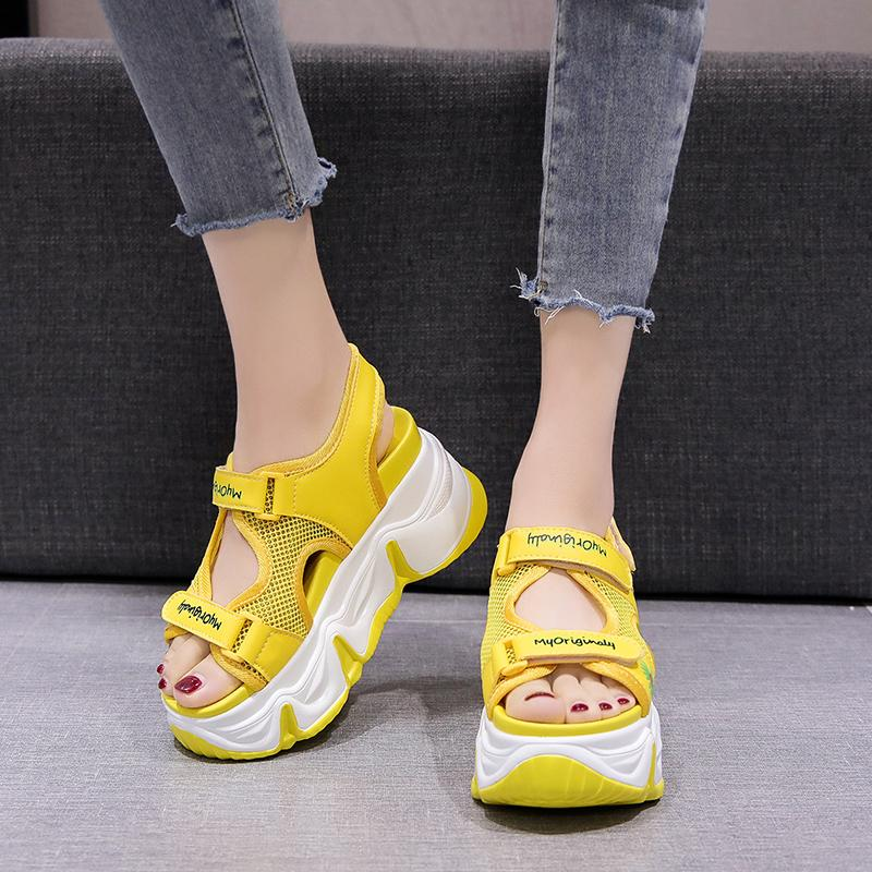 Süßigkeit-Farben-beiläufige Plattform-Keil-Sandelholz-Frauen im Freien Gelb Mesh-Sport Sandalen Sommer-Bonbon-Blumen-Strand-Schuhe 2020 lll
