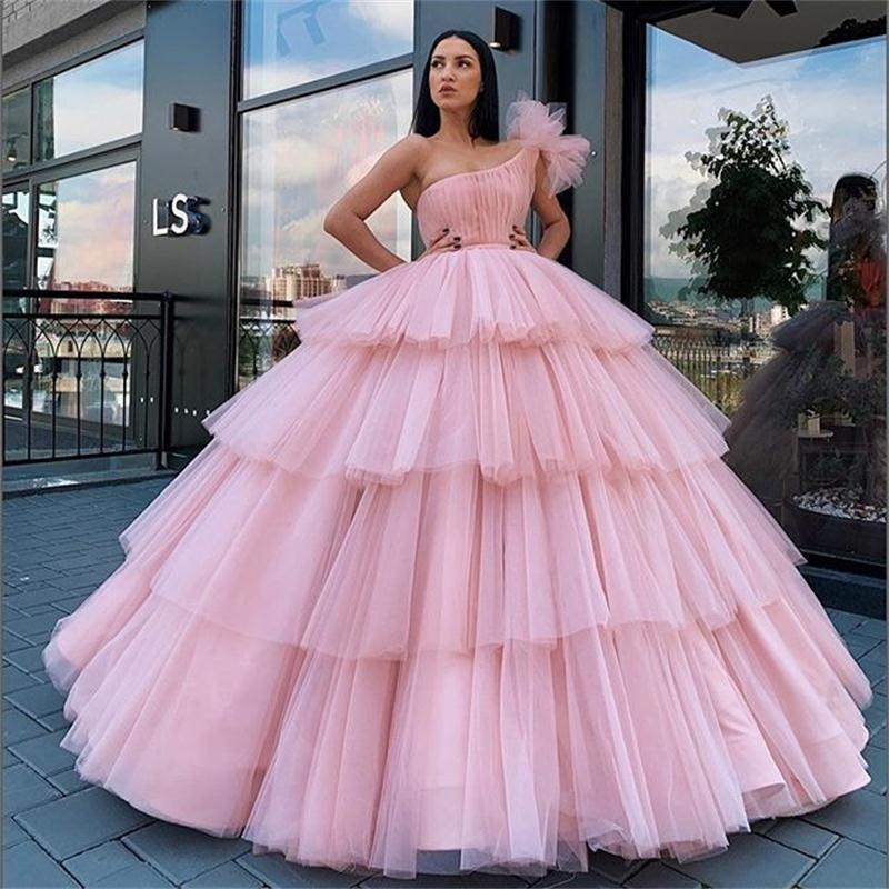 Arabien Hellrosa Ballkleid Quinceanera Kleider eine Schulter Puffy Tiered Röcke formale Abendkleider Mädchen des Bonbon-16 Party-Kleid